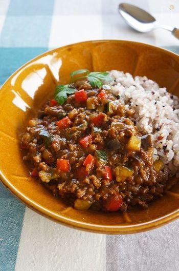 夏といったらカレーでしょう!ニンニク&生姜をきかせたキーマカレーで元気をチャージ☆ ごはんを雑穀米にすれば、カフェ飯気分も味わえます。