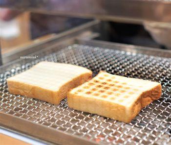 店内では、ガラス越しに炭火焼き台でパンを焼く様子を見ることもできます。販売店の「ペリカン」では昔から「食パン」と「ロールパン」の2種類のみだけをつくるというスタイルも有名ですが、カフェではそんなこだわりの食パンに合う食材や焼き加減が調整されたメニューを楽しむ事ができます。