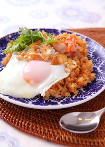ナシゴレンとは、インドネシアのチャーハンのこと。本場のナシゴレンは辛口なのですが、ナンプラーを使えば食べやすいチャーハンができあがります。フライドガーリックを添えれば、スタミナも満点に◎