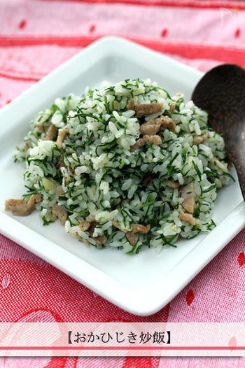 和食が食べたいけれど、煮物などを作っている時間がない……そんなときには、ササっと作れる和風のチャーハンがおすすめです。おかひじきには、ミネラルやビタミンCがたくさん含まれていて、シャキっとした食感を楽しめます。調理時間は、なんと5分。味つけも塩だけと、いたってシンプルです。
