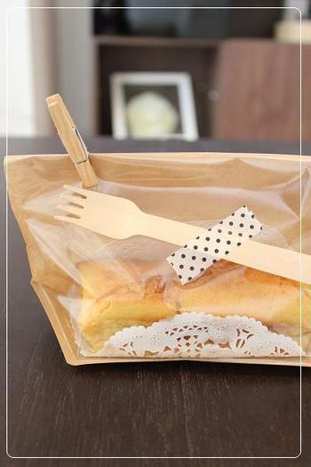 木のフォークを添えたナイスアイデアなラッピング。実用性があって、飾りにもなり、一石二鳥です。