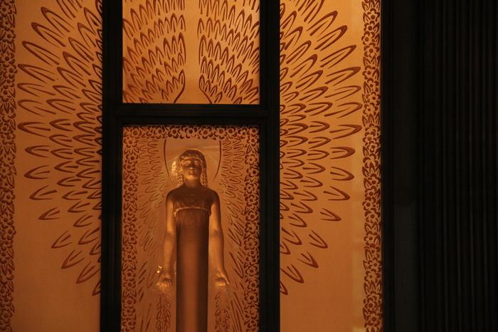 正面玄関に飾られているのは、フランスのガラス工芸家ルネ・ラリック氏によるオリジナルのガラスレリーフ。他にも壁画など、様々なところにアールデコの名作が飾られています。