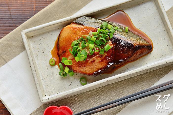 ブリはとても栄養価の高い魚です。ブリには、良質なたんぱく質、疲労回復効果が期待できると言われているタウリン、そして脳細胞を活性化させると言われているDHA、ビタミンも多く含まれ、女性に不足しがちな鉄分も補えるので、貧血予防や生活習慣病の予防に役立つ効果が期待できるありがたい魚です。