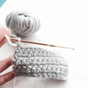 こちらもアクリルたわしの編みかたですが、そのままサイズを大きくすれば角座になります。段ごとに糸の色を変えれば、ボーダー模様になりますね。参考にしてみてください。