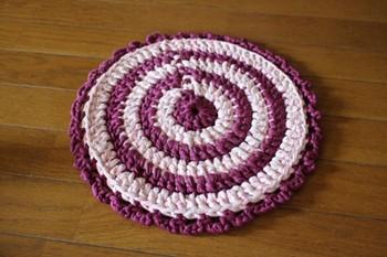 途中で色の糸を変えると、模様になります。 1枚だと薄く感じる場合は、同じサイズのものをもう1枚編んで、2枚合わせるとより暖かくなります。
