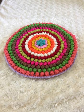こちらがパプコーン編みです。座り心地も良さそうですね。