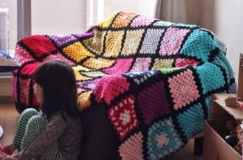 グラニースクエアの編み目と同化するようにモチーフをつなげることもできます。 完成は、それぞれのモチーフごとに1段(ひとまわり)大きくなるので、サイズに気をつけてみてくださいね。