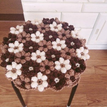 立体的なお花モチーフをつなげると、こんなにキュートに♪ 色味を抑えれば、よりナチュラルに大人可愛くなります。