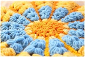見た目もあったかで懐かしい雰囲気の毛糸の座布団、寒い季節には手放せなくなりそうですね。 可愛くて座り心地の良い1枚を、ぜひ作ってみてくださいね。