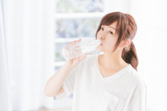 お風呂から上がったら、再度水分をしっかりと!冷たい水だと体がびっくりしてしまうので、常温水か白湯を飲むようにしましょう。