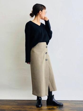 チェックプリントは今年人気のトラッドスタイルにぴったり。そんなチェックを、巻きスカートで取り入れるだけで、流行も軽やかさも同時に手に入ります。大きなボタンがコーデのアクセントになっています。