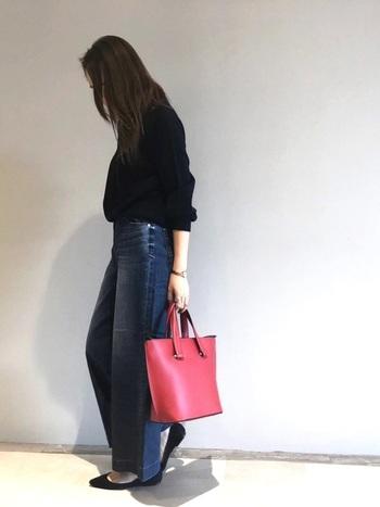 デニム+ブラックコーデは引き締め効果も期待でき、安心できる組み合わせでもありますが、ちょっと重たく見えちゃうし、普通すぎてマンネリを感じる・・といった時に頼りになるのが差し色。赤いバッグを1点取り入れるだけで、大人シックで女性らしいコーデが完成♪