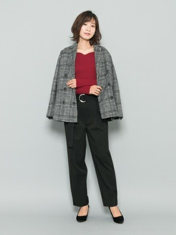 グレンチェックのジャケットは腕を通さず羽織るだけで、今年らしさいっぱいの軽やかコーデに。少しオーバーサイズを選んで大人の抜け感を演出して。