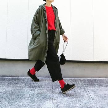 派手色靴下で足元の印象を変えるのは、真似しやすいファッションテクニックです。レッドのニットは1枚あると冬のマンネリコーデを打破する素敵なアクセントに!慣れてきたら、バランスを見ながら2点投入してみて。