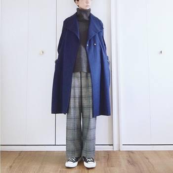 インナーはベーシックカラーでまとめても落ち着いたブルーのコートを羽織ると雰囲気がガラリと変わります。アウターは長く使えるものを・・とつい無難なグレー、ベージュ、ブラックを選びがちですが、シンプルな形のものを選べば流行に左右されずに長く使えるので、投資のつもりでカラーコートを購入するのもいいかも。