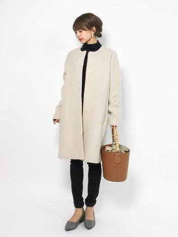 ノーカラーコートは顔周りをすっきりと見せてくれる嬉しいコート。寒い時にマフラーをぐるぐる巻いても襟つきコートと比べるとボリュームもおさえられます。