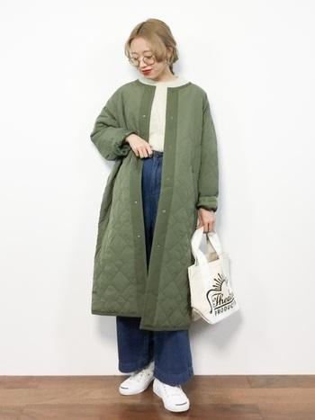 キルティング素材のコートもノーカラーだと、もこもこしすぎずにきれいに着こなせます。袖を少し折って着るアイディアもほど良いこなれ感でおしゃれです。