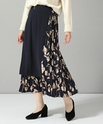 こちらの一風変わったスカートにはしかけがあり、無地の部分は取り外しも可能。ベースはプリーツスカートになっていて、プリーツスカートとラップスカートの2デザインが楽しめます。プリーツスカートはより軽やかな印象で、春先まで着まわせて便利◎