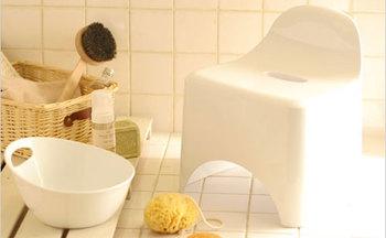 シャンプー中や、体を洗っているときに気になる足の冷え。桶にお湯を張って足を入れておけば、ポカポカをキープできますよ。深さのあるバケツのような容器なら、膝下までじんわりと温められます。