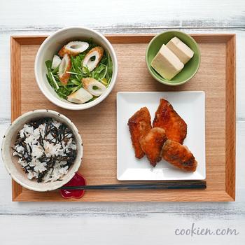 鮭の竜田揚げ風、高野豆腐の含のめ煮、水菜のサラダ、梅ひじきの混ぜご飯…バランスの取れた食事ですね。時間のある時に、ぜひできる範囲で作り置きのおかずを作っておきたいですね。