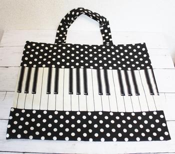 ピアノのレッスンバッグなら、こんなデザインもいいですね。モノトーンなので、落ち着いた雰囲気もあります。もちろん、通園・通学バッグにも。