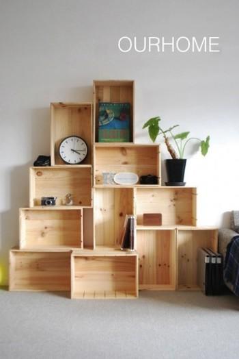 こちらは、ワイン木箱をさらに大胆に積み上げた棚。お部屋のスペースに合わせて、木箱を立てたり寝かせたり、気ままに組み合わせていきます。壁面を上手に利用した、おしゃれなディスプレイ棚。重めのものは、下の段に置くと安心ですね。