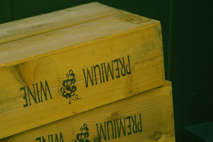 最近ではワインボトルを入れて海外から運搬されてくる箱は段ボールが多いようですが、なかにはこのような木製のボックスで運ばれてくるものがあります。シャトーやワインブランドの名前が刻印されていたりして味わいがあります。DIYの素材として注目ですね。