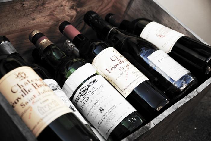 そのままでも味があり、加工すればまた別の顔を見せるワイン木箱。なんにでも変身してくれるワイン木箱は、おうちをおしゃれでナチュラルな雰囲気に生まれ変わらせる貴重なDIY素材。ぜひ、楽しくて独創的なアイデアを凝らしてみてください。