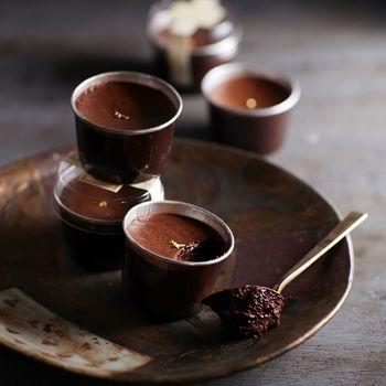 生チョコのようにとろける「尾道ショコラ」は、「甘いものもチョコレートも大好き!」な女友達にこそ、味わってもらいたいスイートな1品。  スプーンですくって口に運べば、なめらかな食感が楽しめます。