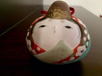 太宰府天満宮(福岡)の天神雛・・・コロンとした丸い形にデフォルメされた天神雛の愛らしさ。桃のお節句のお飾りとして置いてみたいですね!