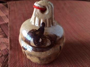 巳年の土鈴・・・一筆の勢いで描かれた蛇の図の土鈴です。