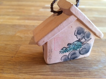 清三宝荒神の辰絵馬土鈴(兵庫県宝塚市)・・・龍を描いた絵馬の形の土鈴です。願いを込めて吊り下げてみたいですね!