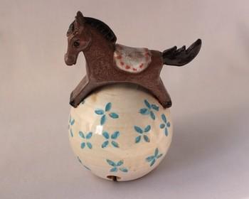 「玉に乗った木馬の土鈴」・・・揺らせばカランカランと木馬が踊り出しそうです。