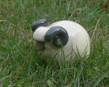 「未(ひつじ)の土鈴 置物」・・・顔、角、胴、足はそれぞれの土の色が楽しめる透明釉で仕上げています。