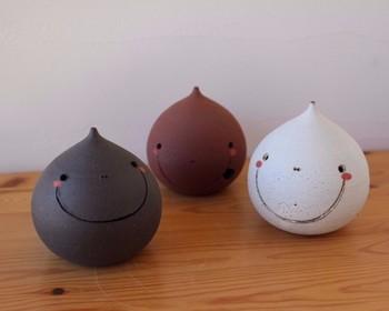 「ふうたくん」・・・(土鈴・黒風唄窯のオリジナルキャラクター)しずくの形です。中に土の玉が入っています。左右に振るとコロコロと優しい音がします。ひとつひとつ表情が違いますね!