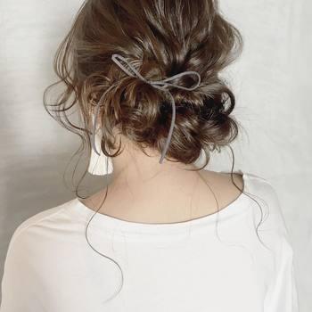 主張が控えめなリボンなら、輪っかを大きくつくってみるのも◎。マットな質感のヘアアクセサリーが、髪のツヤやかさをよりいっそう引き立てます。