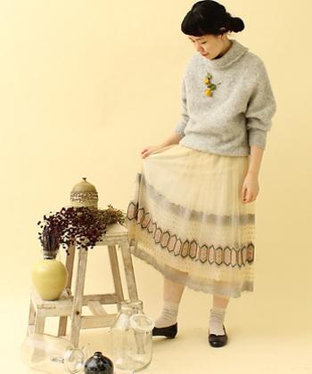 優しいオフホワイトの、フェアリーなチュールスカート。太めの毛糸を使ったボリューミーニットを持ってくれば、ガーリーになり過ぎることもありません。