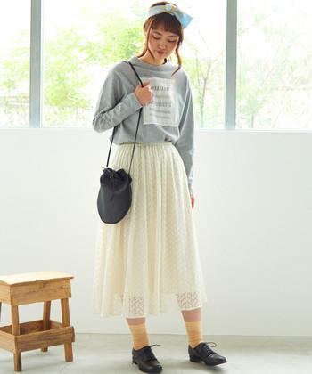 トランスペアレントなロングスカートを、ロゴ入りスウェットでカジュアルダウン。あえて女の子らしく着ないことで、チュールアイテムの可憐さがよりいっそう引き立ちます。