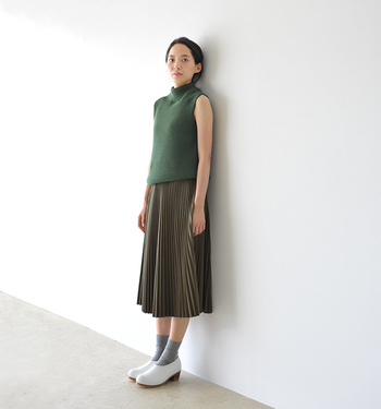細かなプリーツが美しいレザースカート。トップスにはするりと肌をすべるようなリブニットを選んで、上品リッチなスタイルに仕上げましょう♪
