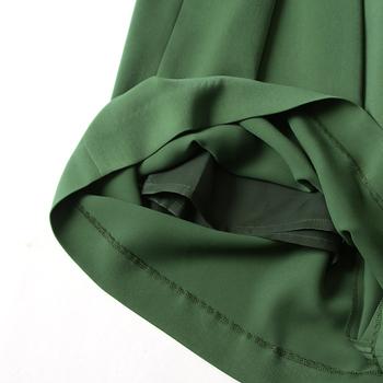 """ツヤのあるアイテムを着るときは、編地の粗いニットをマッチングさせると、こなれ感が大幅にアップ!光沢素材が持つ""""スペシャルな感じ""""を、ラフに着崩すイメージで仕上げていきましょう。"""