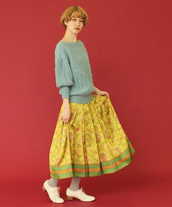 思わずパッと目を引く、サテン地の鮮やかなスカート。ニュアンスカラーのざっくりニットがあれば、インパクティブなスカートも気負いなく着こなせます。