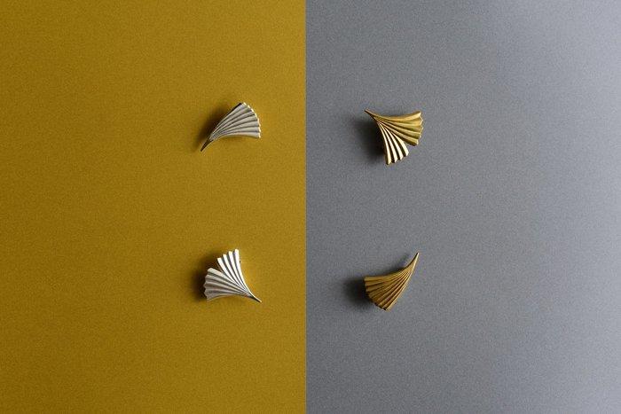 デザイナー・宮田有理さんの丁寧な手仕事から生まれる、『IN THE FOREST』シリーズの素敵なアクセサリーの数々。 まるで自然に息づく木々や草花のように、一つ一つの作品が個性豊かな表情をしています。 シルバー・ゴールド・真鍮・樹脂など、それぞれの素材が持つ独特の質感や、異素材の美しいコントラストも大きな魅力です。