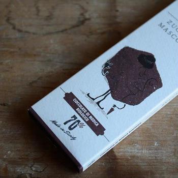 フィリピン産の「黒砂糖」マスコバドを使ったチョコレートバーは、「黒糖」のコクのある甘みと、ザクザクとした食感が特徴です。  カカオ配合率は「70%」と高め。体作りをされている方にも、ぜひどうぞ。