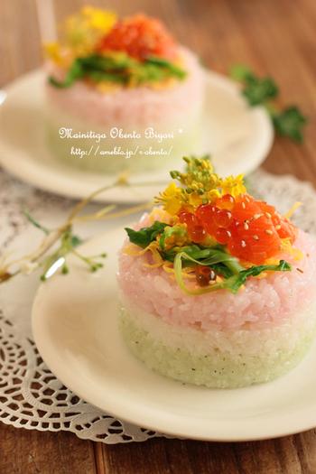 セルクルで型抜きすれば、一人用サイズの可愛いケーキ寿司に。赤いいくらやスモークサーモン、黄色い錦糸卵、緑の菜の花をトッピングすることで、一気にスペシャルな見た目のごちそう寿司になります♪