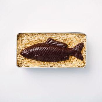 パッケージを開けて顔を出すのは、なんと立派な「魚」。 これだけでもびっくりですが、この魚のお腹の中には、さらに、チョコレートで出来た「小魚」が6匹も入っているんです。  猫も喜びそう!?