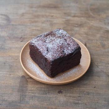 「BUCHE de CHOCOLAT(ビュッシュ・ド・ショコラ)」とは、フランス語で「切り株・薪のチョコレート」という意味なのだそう。  ベルギー産クーベルチュールを用いて、しっとりと濃厚に焼き上げられています。