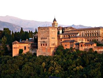 シエラ・ネバタ山脈の緑豊かな自然の中で圧倒的な存在感を放つアルハンブラ宮殿。その昔イスラム王朝がイベリア半島を支配していた時代の象徴であり、スペインの複雑な歴史を知ることができる場所です。歴史を知れば感慨深さがひとしおですが、ただただ装飾を眺めるだけでも十分に楽しめるほど建築デザインが神秘的。柱や枠など、細かなところまで繊細で美しく、イスラム建築の最高傑作と言われています。