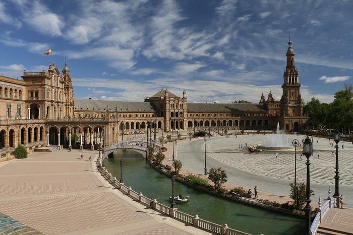 スペイン広場と名付けられている場所は世界中にありますが、もっともロマンチックなスペイン広場があるのがセビリアです。半円形の回廊や、スペイン各地を表しているタイル画、そしてボートに乗って優雅に過ごすことができる水路など、どこを切り取っても絵になります。映画好きの人なら、この場所をどこかで見たことがあるのではないでしょうか。実は、「スターウォーズ」シリーズに登場する惑星ナブーのワンシーンがここで撮影されていました。