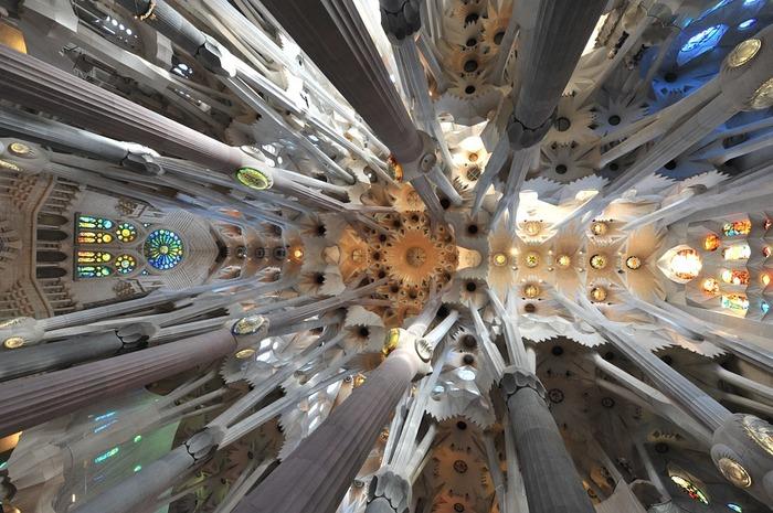 サグラダ・ファミリアの内部。ステンドグラスから光が漏れて、幻想的な美しさです。