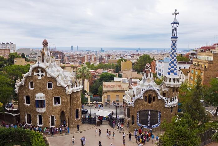 サグラダ・ファミリアのほかにも、バルセロナには見所がたくさん。ガウディがかつて住んでいたこともあるグエル公園や、骨の家と呼ばれているカサ・パトリョなど、世界遺産に登録されている彼の作品がバルセロナには7カ所あります。